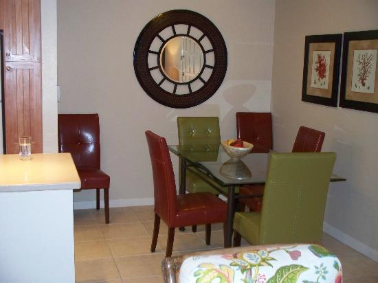 Sanibel Moorings Resort: Dining table
