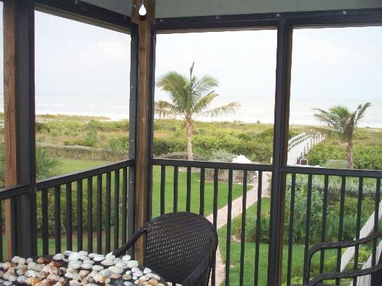 Sanibel Moorings: Another view looking out to the beach