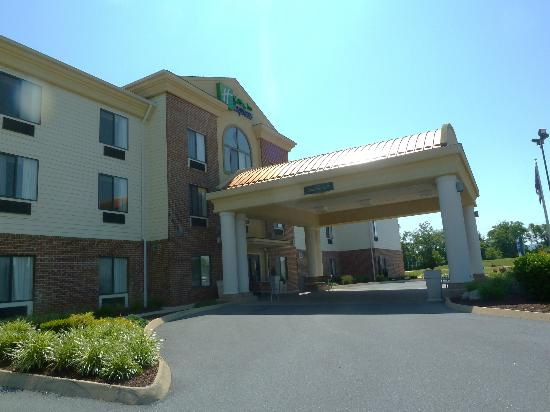 Holiday Inn Express Charles Town: Hotel was off the road but still convenient to everything