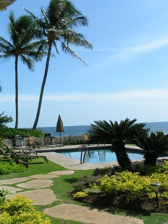 Alihi Lani Poipu Beach Oceanfront Condominiums: 5 steps from the lanai to the pool...awesome!
