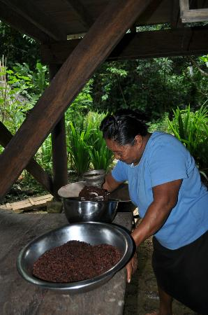 La Loma Jungle Lodge and Chocolate Farm : Bolivia grinding chocolate