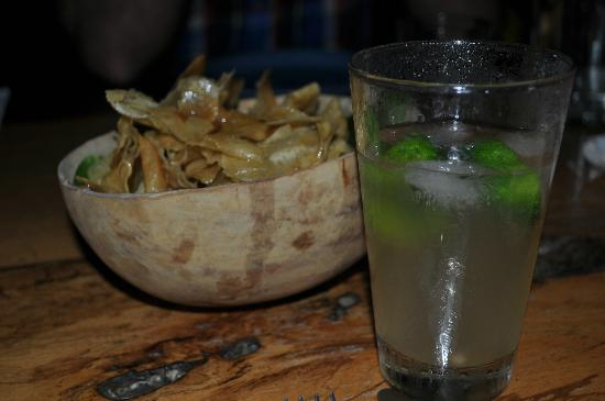 La Loma Jungle Lodge and Chocolate Farm: drink of the day and some yucca chips
