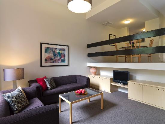 Medina Serviced Apartments North Ryde: Split Level Living Room