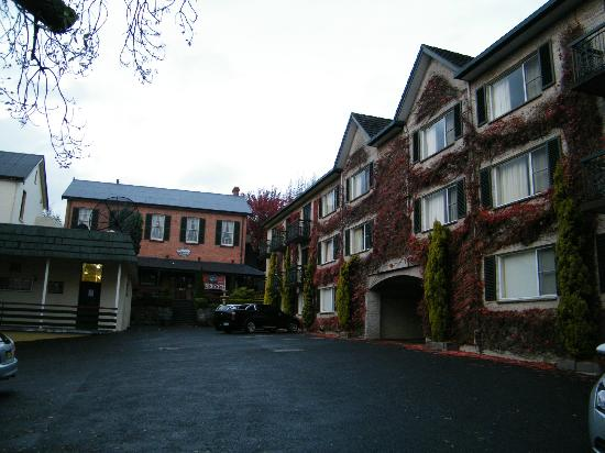 Quality Hotel Colonial Launceston: Interior Courtyard