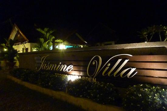 Jasmine Villa Tropical Garden: NIght view