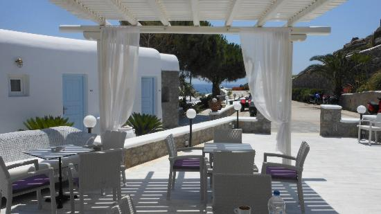 Paradise View Hotel: Front patio where guests gather to eat, drink, talk about their day and look at the Aegean