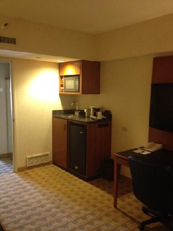 Doubletree Suites by Hilton Hotel & Conference Center Chicago / Downers Grove: Microwave, refrigerator, coffee maker, sink