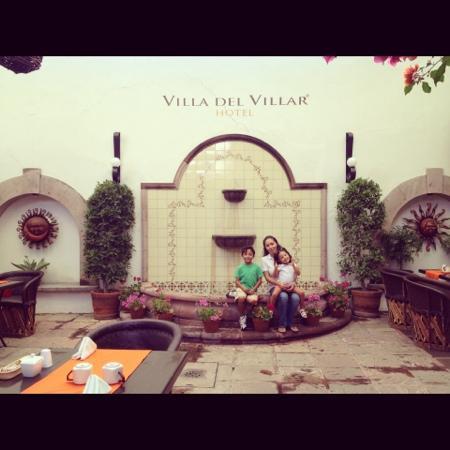 Hotel Villa del Villar: En el patio con la familia