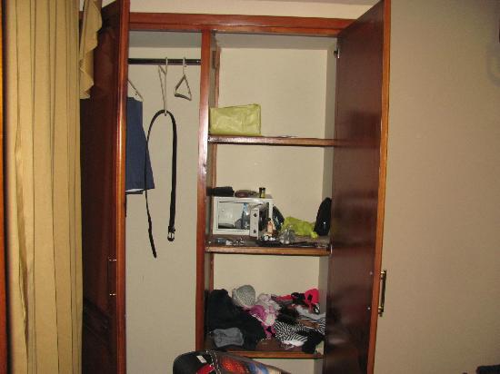 Hotel Boutique Plaza Sucre: Closet & Safe in BR #2