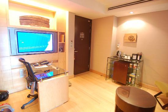 Hilton Kuala Lumpur: Entrance Door And Living Room