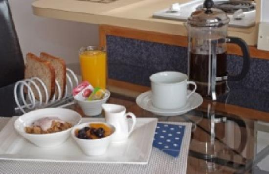 Cascades Lakefront Motel: Continental Breakfast