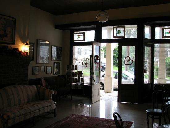 Riverview Hotel: Riverview entrance & lobby