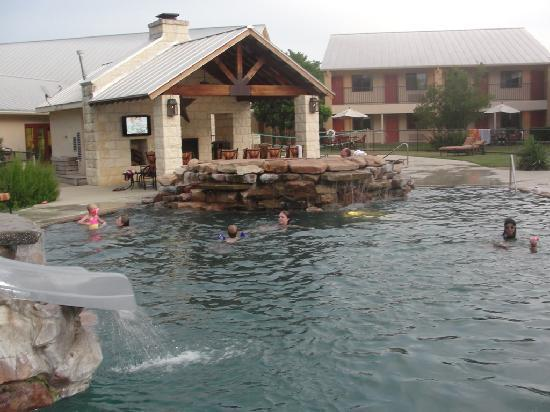 Fredericksburg Inn & Suites: swimming area