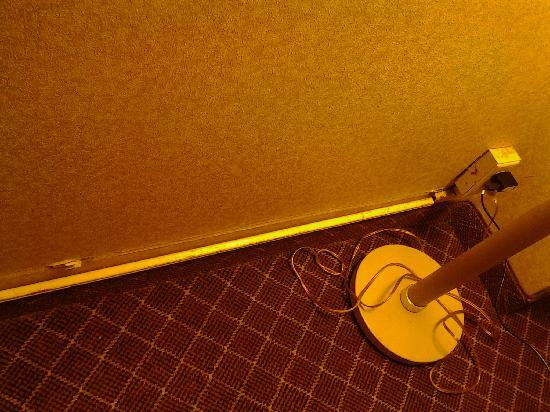 Quality Inn Tanglewood: cord channel falling off wall