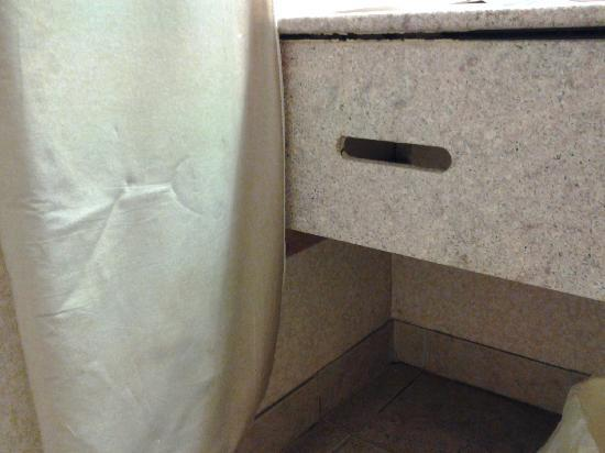 Quality Inn Tanglewood: empty kleenex box slot