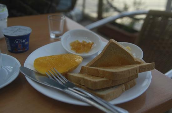 Bluelilly Hotel: breakfast, with a cut of fresh mango