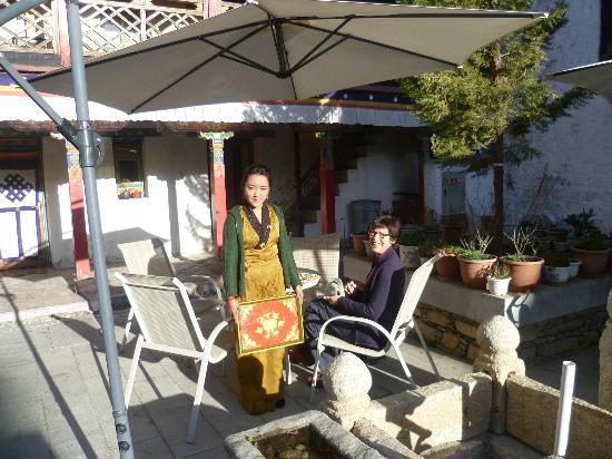 Yaoxi Pingkang Gujian Hotel: Terras / binnentuin in de warme ochtendzon.