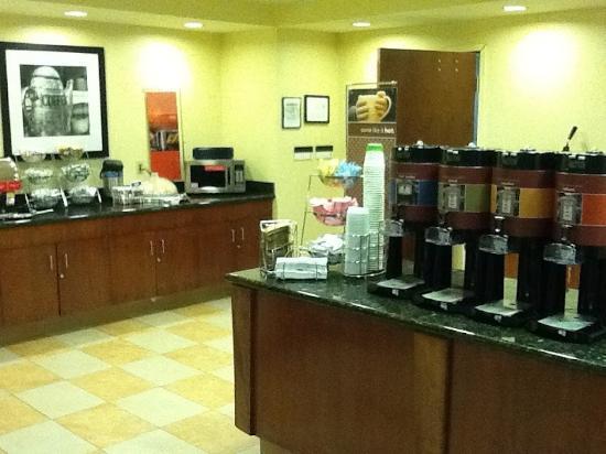 Hampton Inn & Suites Thousand Oaks: Linkerkant van het ontbijt.