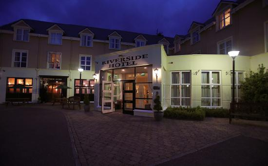 Riverside Hotel Killarney : Exterior by night