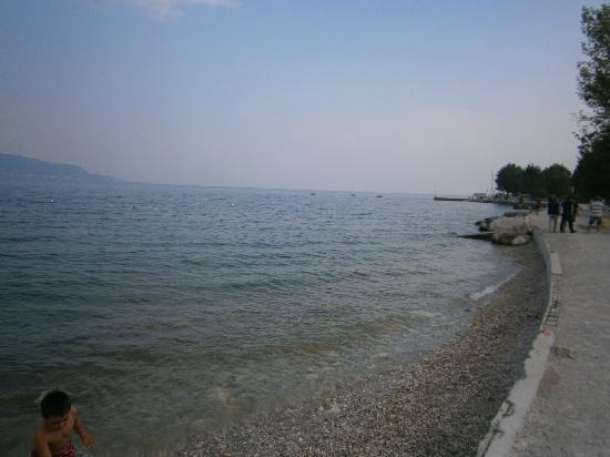 Camping Toscolano: Uitzicht vanaf het strand