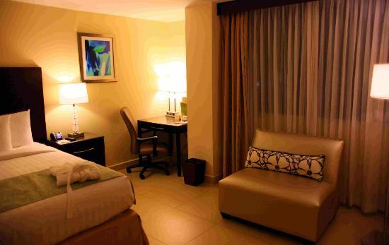 DoubleTree By Hilton Panama City: Bedroom and desk