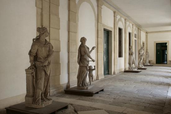 Interni Di Villa Pisani : Sotto portico della villa cortile interno picture of museo