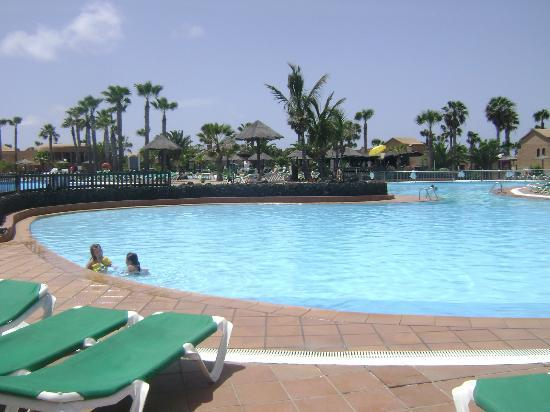 Oasis Duna Hotel: Pool area with bar in background