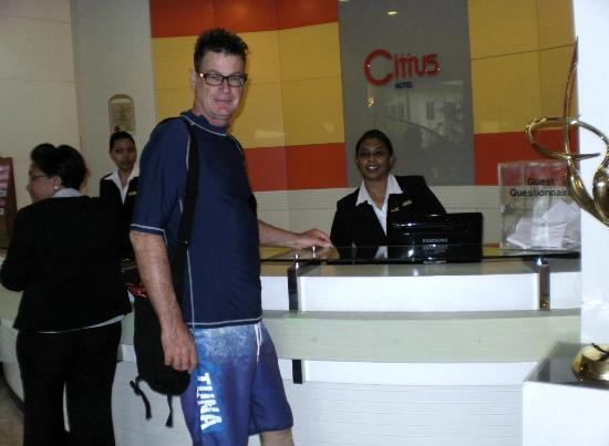 Q Hotel Kuala Lumpur: The lovely staff at reception.