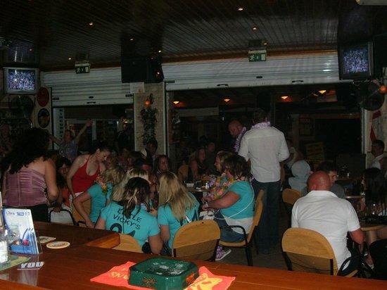 Kavos, Grèce : marias karaoke bar