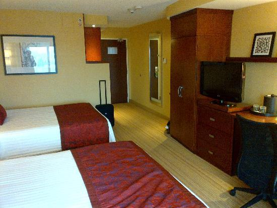 Courtyard by Marriott Kingston Highway 401 / Division Street: large room but small cupboard space
