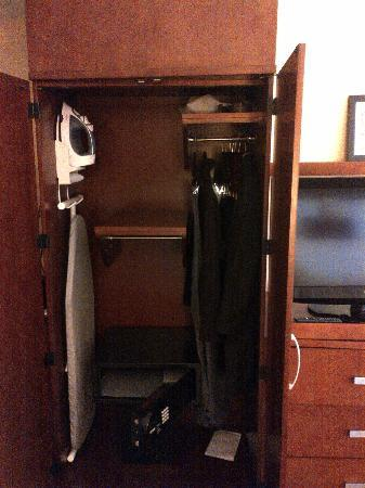Courtyard by Marriott Kingston Highway 401 / Division Street : tiny space provided for hanging clothes in a large room