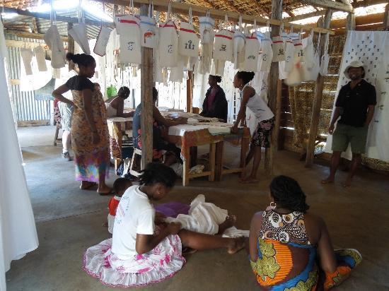 Anjajavy, Madagaskar: Frauen im Nachbar-Village mit Tischwäsche