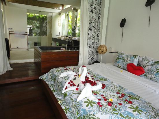 Kiss Bali: 2 BR master bedroom and bathroom