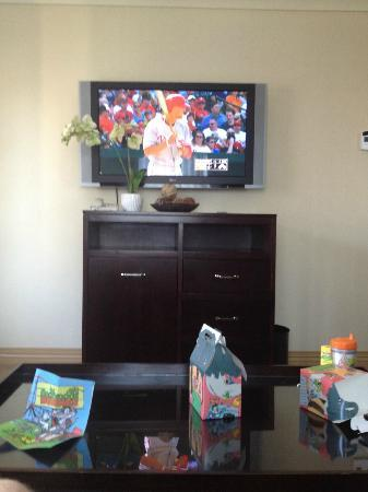 Radisson Hotel Baltimore Downtown-Inner Harbor: Watching the game in our Suite