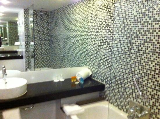 Clayton Hotel Galway: Bathroom