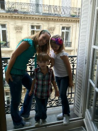Champs Elysees Plaza Hotel: this was the Balcony over looking the streets.
