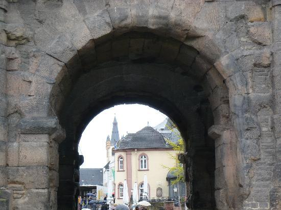 Secrets of the Porta Nigra: Blick durch die Porta Nigra zur Innenstadt Trier