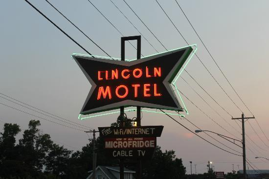 Lincoln Motel: Cool sign