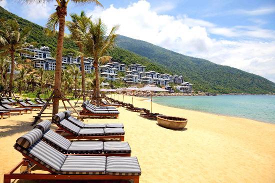 InterContinental Danang Sun Peninsula Resort: Beach with sun beds