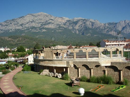 Grand Haber Hotel : usigt til pool område og bjerge