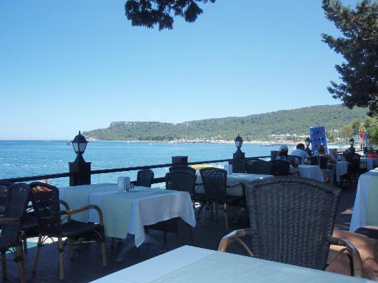 Grand Haber Hotel : resturang ved stranden hvor man kan bestille mad en aften