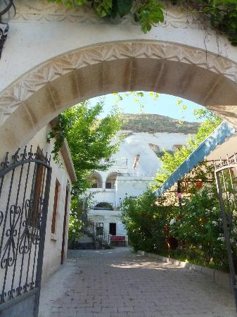 Lalezar Cave Hotel: ホテル入口から
