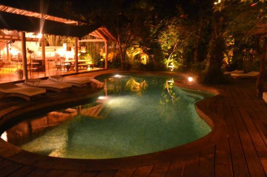 UXUA Casa Hotel & Spa: piscina à noite