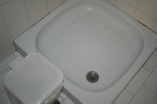 Daniel Hotel: shower tray and mould