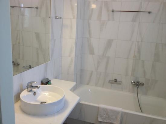 Saint Andrea Seaside Resort: Bathroom - Room 308