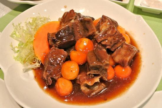 Hoi King Heen (Mody Road): braised beef short ribs with papaya