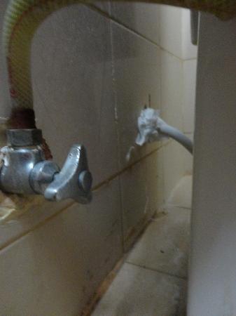 Choeng Mon Beach Hotel and Spa: toilettes qui fuient avec trou laissant passer les???cafards..