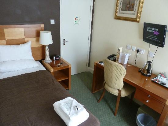 Barrington Lodge: Desk area and door into room