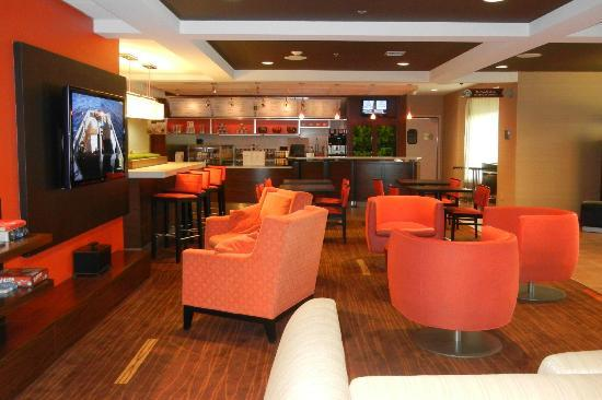 Courtyard by Marriott Detroit Brighton: Very inviting lobby/dining area