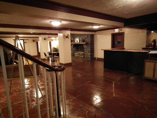 Endless Caverns: Downstairs lobby and restrooms.  Couches to relax on.  Cool and clean.